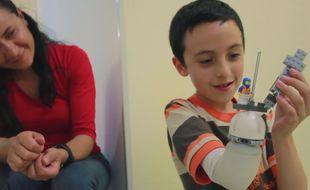 Un ingénieur colombien a mis au point une prothèse, destinée aux enfants amputés, dont la main peut être personnalisée grâce à des Lego