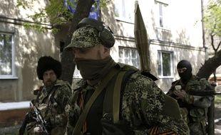 Des militants pro-russes parcourant les rues de Kramatorsk en Ukraine le 3 mai 2014.
