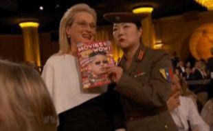 L'actrice Margaret Cho, déguisée en officier nord-coréen, se fait prendre en photo avec Meryl Streep pendant la cérémonie des Golden Globes, le 11 janvier 2015.