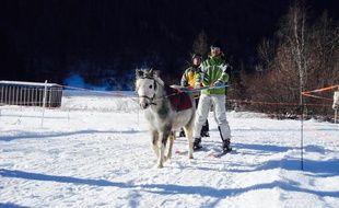 Le poney tracte un skieur dans le Champsaur.