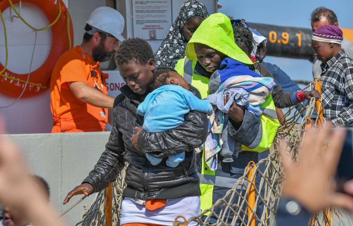 Des migrants arrivent dans le port de Corigliano, en Italie. – Alfonso Di Vincenzo/Kontr/SIPA