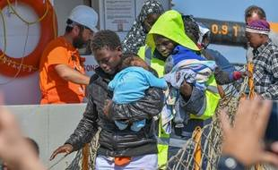 Des migrants arrivent dans le port de Corigliano, en Italie.