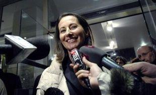 """Ségolène Royal affirme vouloir """"un jour, fêter ses retrouvailles"""" avec les Français, laissant entrevoir sa volonté d'être à nouveau candidate à la présidentielle, dans un livre - """"Ma plus belle histoire, c'est vous"""" (Grasset)- où elle éreinte les ténors du PS et se reproche surtout d'avoir """"manqué de poigne""""."""