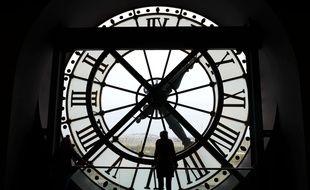 Horloge avec vue sur Seine du musée d'Orsay, à Paris