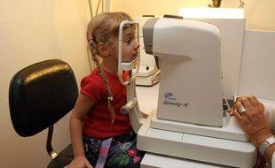 Une petite fille chez l'ophtalmologue à Epinay-sur-Seine  (Seine-Saint-Denis)