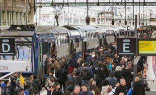 Le premier jour des grèves des cheminots du mois d'avril 2018, une foule compacte et dense se masse sur les quais de la gare de Lyon à Paris.