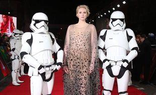 L'actrice Gwendoline Christie entourée de Stormtroopers