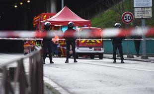 Forces de l'ordre et pompiers sur place à Villejuif, après une attaque au couteau, le 3 janvier 2020.