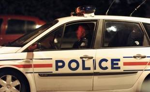 Un gitan de 20 ans, dont le crâne a été transpercé par un crochet lors d'une rixe avec d'autres jeunes sur le parking d'une discothèque de Lattes (Hérault), est hospitalisé dans un coma profond depuis samedi matin, a-t-on appris dimanche de source policière.