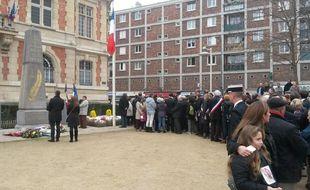 Des élus EELV tournent le dos aux élus FN lors d'un dépôt de gerbe le 11 novembre à Arcueil.