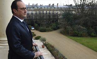 François Hollande pose sur le balcon de son bureau à l'Elysée, le 24 février 2015.