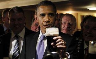 Dès 2016, la Guinness, célèbre bière brune irlandaise (ici dégustée par le président américain Barack Obama) sera