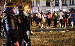 Les forces de police étaient nombreuses sur les Champs-Elysées pour gérer les débordements après la victoire de la France en finale de la Coupe du monde.