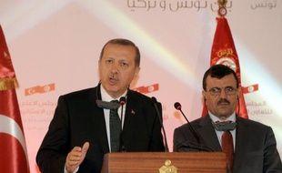 Le Premier ministre turc Recep Tayyip Erdogan, en déplacement jeudi à Tunis, a refusé de céder aux manifestants dans son pays et accusé une organisation terroriste ainsi que sept étrangers, arrêtés, de participer aux troubles.