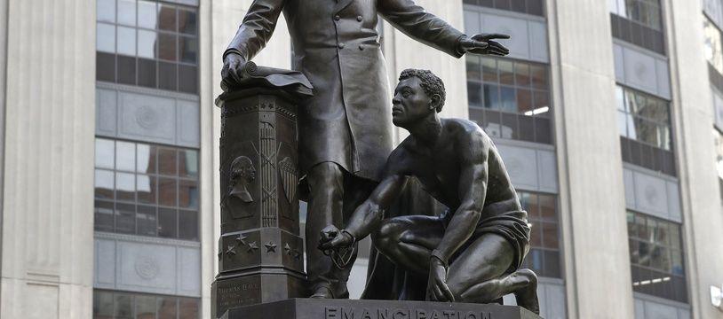 La statue représentant Abraham Lincoln avec un esclave émancipé à ses pieds, à Boston.
