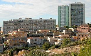 A cause du prix bas du foncier, des résidences fermées avec villas poussent en bas des immeubles de la Solidarité.