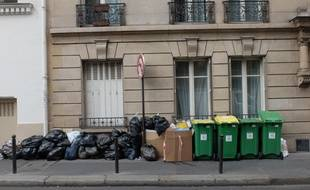 Des poubelles dans une rue de Paris. (Illustration)