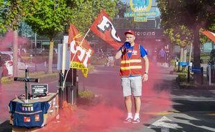Un syndicaliste de Castorama lors d'une manifestation, le 24 avril 2019, devant le siège social de Templemars, dans le Nord.