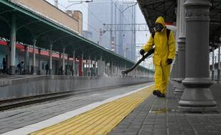 Les quais d'une gare en train d'être désinfectée à Moscou.