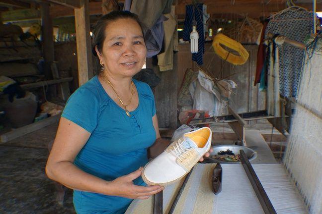 Un femme vietnamienne dans l'atelier de confection des chaussures.