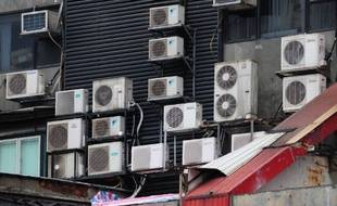 Un immeuble de Hong-Kong parsemé de climatiseurs.