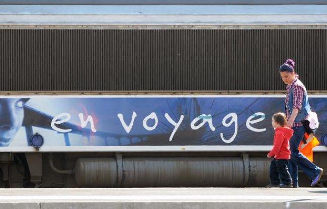 Une femme et son enfant prennent un train de la SNCF en 2010 à Toulouse.