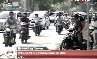 Images de la télévision indonésienne: après le tremblement de terre du 11 avril 2012, la population de Banda Aceh se dirige vers les terres en hauteur par crainte d'un tsunami.
