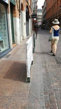 Une housse à barrière place de la Trinité, à Toulouse.