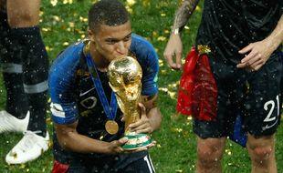 Kylian Mbappé embrasse la Coupe