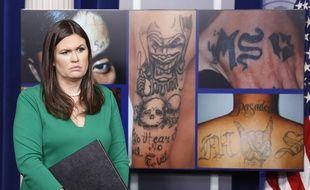 La porte-parole de la Maison Blanche Sarah Huckabee Sanders devant des photographies de tatouages du gang MS-13 lors d'une conférence de presse, le 27 juillet 2017. Donald Trump a fait du gang une priorité de la lutte contre la criminalité aux Etats-Unis.
