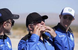 William Shatner, au centre, décrit ce que les forces g du décollage Blue Origin ont fait à son visage au port spatial près de Van Horn, Texas, le 13 octobre 2021.