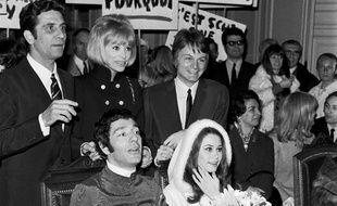 Hubert Wayaffe lors de son mariage avec Corinne Clery, actrice principale du film erotique «Histoire d'O» et James Bond girl dans «Moonraker». Derriere les mariés : Gilbert Becaud, Mireille Darc et Claude Francois.
