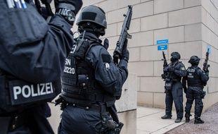 La police sécurise la synagogue de Halle, en Allemagne, après une fusillade qui a fait deux morts, le 9 octobre 2019.