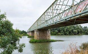 Le pont de Thouaré franchit la Loire entre Thouaré et Saint-Julien-de-Concelles.