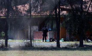 Des policiers mexicains surveillent le 23 mai 2015 un ranch de Tanhuato, dans l'Etat de Michoacan, où 42 narcotrafiquants présumés ont été tués au cours d'une opération anti-drogues