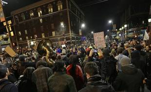 Des étudiants de l'université californienne de Berkeley manifestent contre la venue d'un éditorialiste du site d'extrême droite Breitbart, soutien de Donald Trump le 1er février 2017.