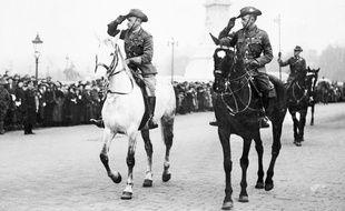 John Monash (à gauche), en train de faire un salut devant le Palais de Buckingham, le 25 avril 1919.