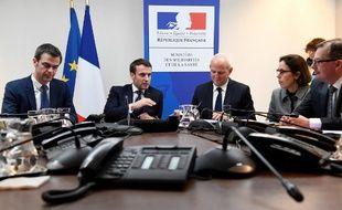 Emmanuel Macron entouré du ministre de la Santé, Oliver Veran (à gauche) et de Jérôme Salomon, directeur général de la Santé,  ce mardi 3 mars, au Centre operationnel de regulation et de reponse aux urgences sanitaires et sociales.