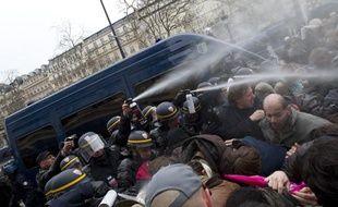 Les forces de l'ordre repoussent des participants à la «Manif pour  tous», qui veulent accéder aux Champs Elysées malgré l'interdiction, le  24 mars 2013, à Paris.