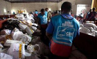 Forces de police plus visibles, population inquiète, expatriés et Congolais fuyant à Brazzaville: la RD Congo et particulièrement sa capitale Kinshasa vivent dans la crainte de violences à 24H de l'annonce des résultats complets de la présidentielle du 28 novembre.