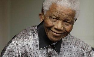 """L'Afrique du Sud était plongée dimanche dans l'attente de nouvelles de son ancien président Nelson Mandela, hospitalisé la veille pour subir des examens, alors que les autorités soulignaient qu'""""il n'y a pas de raison de s'inquiéter"""" pour l'icône de la lutte anti-apartheid, âgée de 94 ans."""
