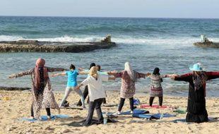 Des femmes libyennes participent à une séance de yoga sur une plage de Tripoli, le 14 avril 2016