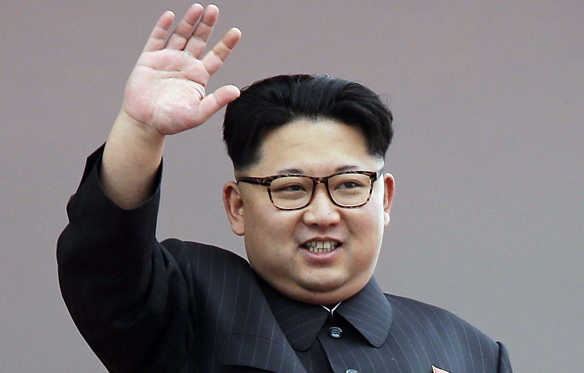 Kim Jong-un salue la foule le 10 mai 2015 à Pyongyang en Corée du Nord. – Wong Maye-E/AP/SIPA