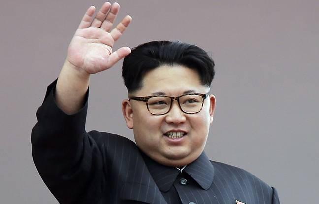 Kim Jong-un salue la foule le 10 mai 2015 à Pyongyang en Corée du Nord.