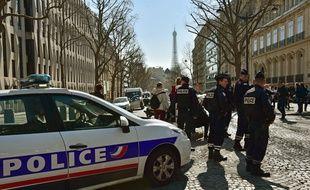 Des policiers devant le siège parisien du FMI, le 16 mars 2017.