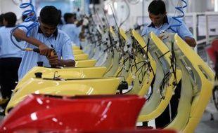 """L'agence de notation Fitch a abaissé lundi les perspectives de l'Inde de """"stables"""" à """"négatives"""", citant les risques sur la croissance à moyen-long terme et les progrès limités du pays en matière de réduction du déficit, mais elle maintient pour le moment sa notation à """"BBB-""""."""