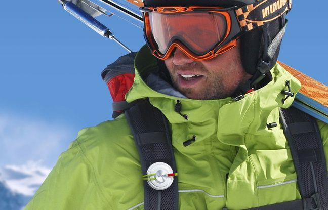 Le capteur météo développé par Wezr s'accroche à un sac ou un bâton de ski.