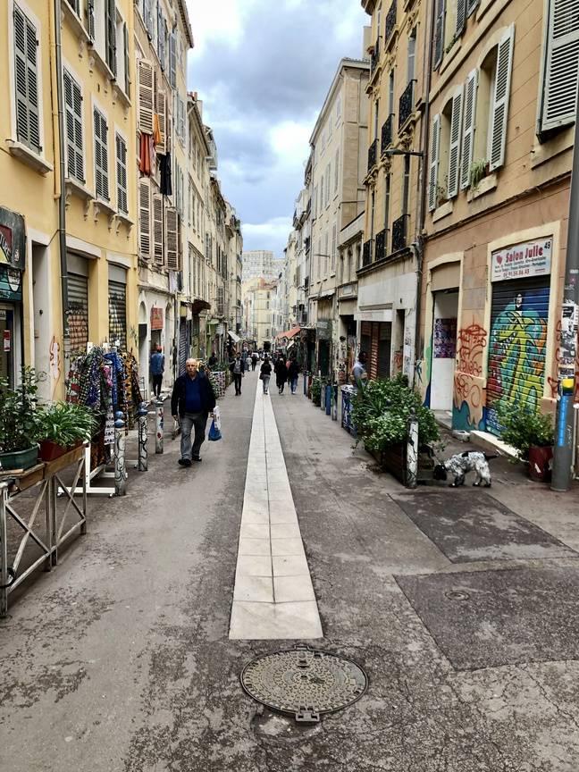 Le bas de la rue d'Aubagne, à Marseille, retrouve petit à petit son animation.
