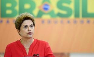 La présidente Dilma Rousseff annonce un vaste plan d'investissements dans des infrastructures, le 9 juin 2015 à Brasilia