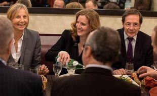 Nathalie Kosciusko-Morizet (au centre, UMP), Marielle de Sarnez (à gauche, Modem) et Christian Saint-Etienne (à droite, UDI) s'offrent une bouffe dans un restaurant du 14e arrondissement de Paris jeudi 5 décembre après l'annonce d'un accord entre leurs formations pour les municipales.